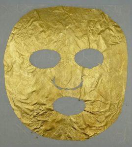 Bladguld i 24 karat i form av en guld mask som ska appliceras på ansikte